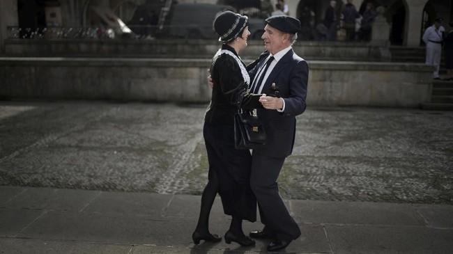 Penduduk lokal mereka ulang peristiwa sehari-hari yang terjadi sebelum insiden peledakan bom Perang Saudara Spanyol di Guernica, Basque. Pada masa-masa itu pemboman dilakukan Legiun Condor dari Jerman untuk membantu pasukan Jenderal Francisco Franco. (REUTERS/Vincent West)