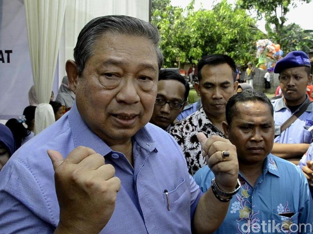 Presiden ke-6 RI Susilo Bambang Yudhoyono (SBY) mencuit di Twitter soal penguasa. SBY menyebut banyak penguasa yang melampaui batas. Saya perhatikan, banyak penguasa yang lampaui batas sehingga cederai keadilan dan akal sehat. Mungkin rakyat tak berdaya, tapi apa tidak takut kpd Tuhan, Allah SWT ? *SBY*, demikian cuit tersebut. (Foto: Robby Bernardi/detikcom)