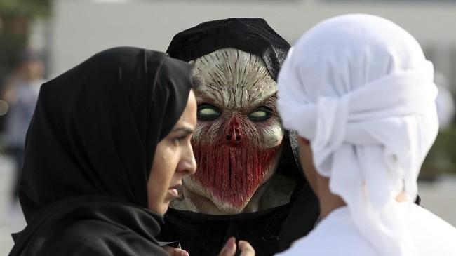Seorang penggemar kostum unik menghadiri Film & Comic Con Timur Tengah di Dubai. (AFP PHOTO / KARIM SAHIB)