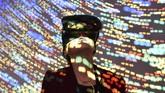 Seorang pengunjung menggunakan piranti Virtual Reality pada festival teknologi 3D