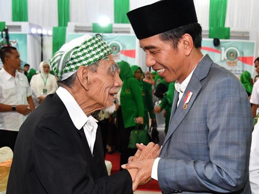 Jokowi Masuk Daftar 500 Tokoh Muslim Berpengaruh di Dunia. Presiden Joko Widodo kembali masuk ke daftar Top 50 Tokoh Muslim Paling Berpengaruh di Dunia yang dirilis The Muslim 500. Selain Jokowi, ada tiga tokoh muslim Indonesia yang turut masuk dalam daftar tersebut. Foto: (Laily Rachev/Biro Pers Setpres)