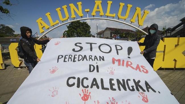 Mengenai maraknya miras oplosan yang banyak memakan korban tewas, massa dari Komite Solidaritas Pemuda Cicalengka pun melakukan aksi 'stop peredaran miras' di Alun-alun Cicalengka, Kabupaten Bandung. (ANTARA FOTO/Raisan Al Farisi/kye/18).
