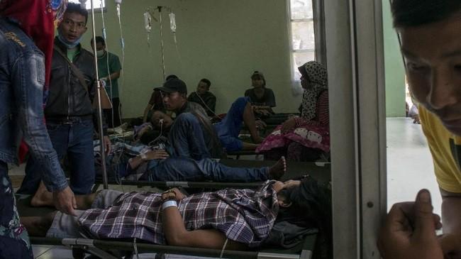 Korban minuman keras (miras) oplosan mendapat perawatan lanjutan oleh petugas di Instalasi Gawat Darurat (IGD) di RSUD Cicalengka, Kabupaten Bandung, Jawa Barat, Selasa (10/4).(ANTARA FOTO FOTO/Novrian Arbi/Spt/180).