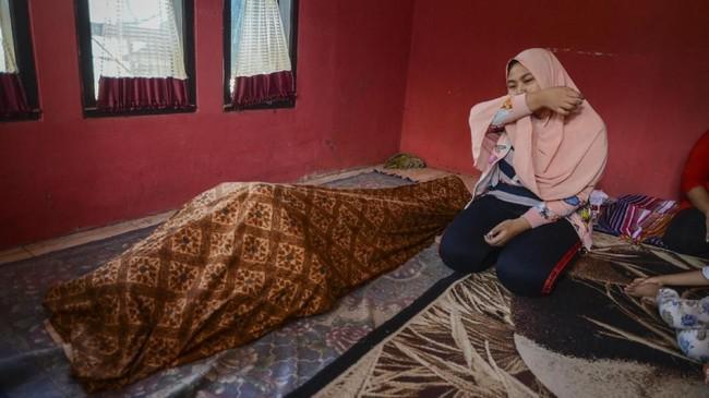 Adiksalah satu korban miras oplosan menangis di rumah duka setelah dibawa dari RSUD Cicalengka, Kabupaten Bandung, Jawa Barat, Jumat (13/4). (ANTARA FOTO/Raisan Al Farisi/aww/18.).
