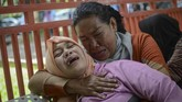 Keluarga korban meninggal akibatmiras oplosan menangis histeris di depan ruang UGD RSUD Cicalengka.(ANTARA FOTO/Raisan Al Farisi/aww/18.).