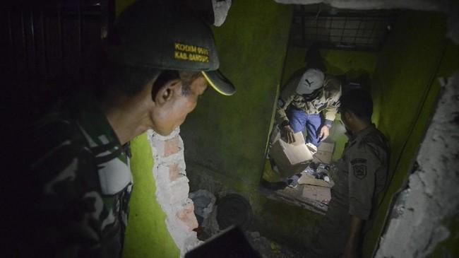 Petugas membawa kardus yang berisi bahan untuk miras oplosan saat melakukan penggerebekan di Cicalengka. (ANTARA FOTO/Raisan Al Farisi/foc/18.).