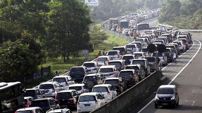 Puluhan Ribu Mobil Padati Puncak, Macet Panjang di Ciawi