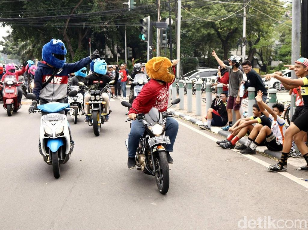 Mereka juga menyapa warga yang melakukan berbagai aktivitas di pinggir jalan.