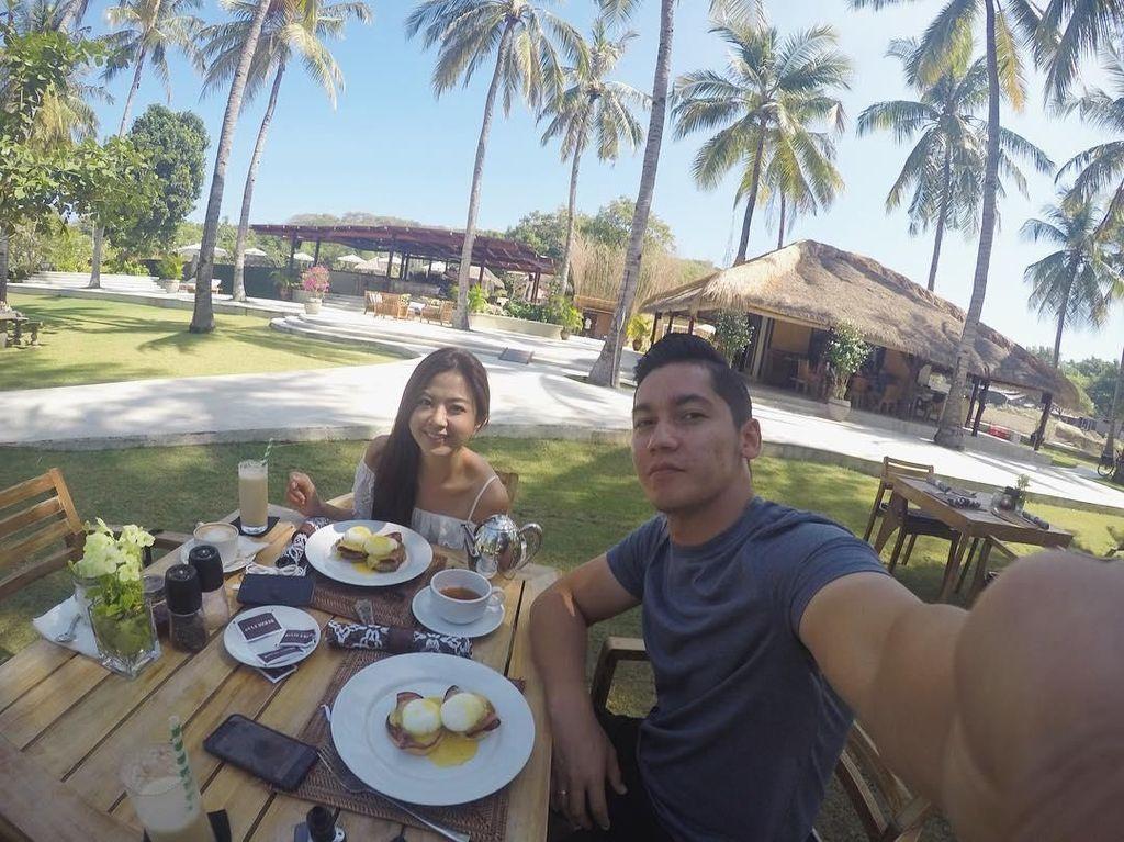 Lagi di Gili Trawangan, Lombok terlihat Samuel dan Franda sedang menikmati sarapan. Wah, asyik ya jalan-jalan sambil sarapan enak! Foto: Instagram @samuel_zylgwyn