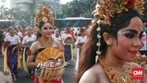 Ada tari-tarian tradisional dan gamelan Bali di Car Free Day, Bundaran Hotel Indonesia, Jakarta, Minggu (15/4). Para penarinya adalah anak-anak yang juga berbusana khas Bali. (CNN Indonesia/Andry Novelino)