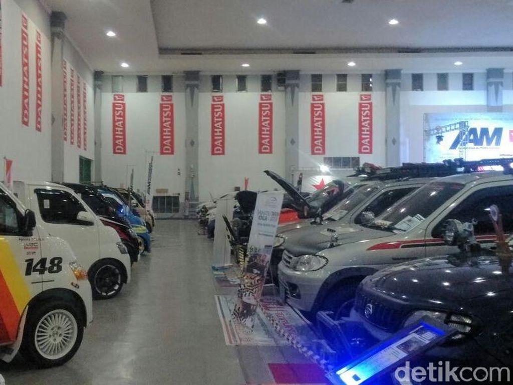 Ratusan mobil mengikuti dalam ajang tersebut yang digelar di Jogja Expo Center, Minggu (15/4/2018) malam.