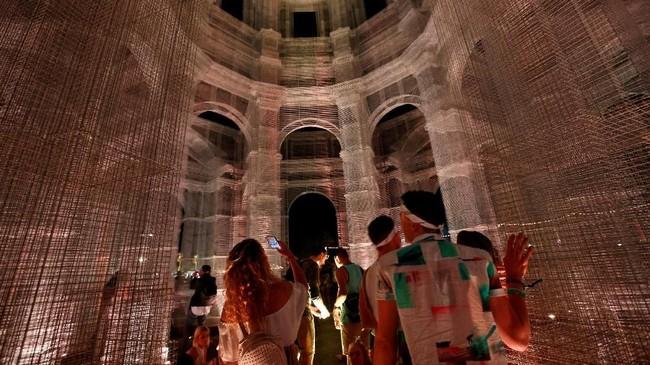 Pengunjung berjalan di antara instalasi bertajuk Etherea karya Edoardo Tresoldi di Coachella Valley Music and Arts Festival. (REUTERS/Mario Anzuoni)