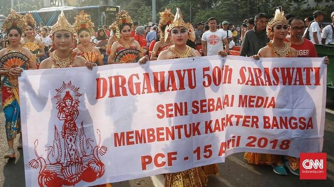 Ratusan anak itu merupakan peserta sanggar Lembaga Kesenian Bali (LKB) Saraswati se-Indonesia. Mereka memperingati 50 tahun lembaga itu dengan pawai dan pagelaran tari. (CNN Indonesia/Andry Novelino)