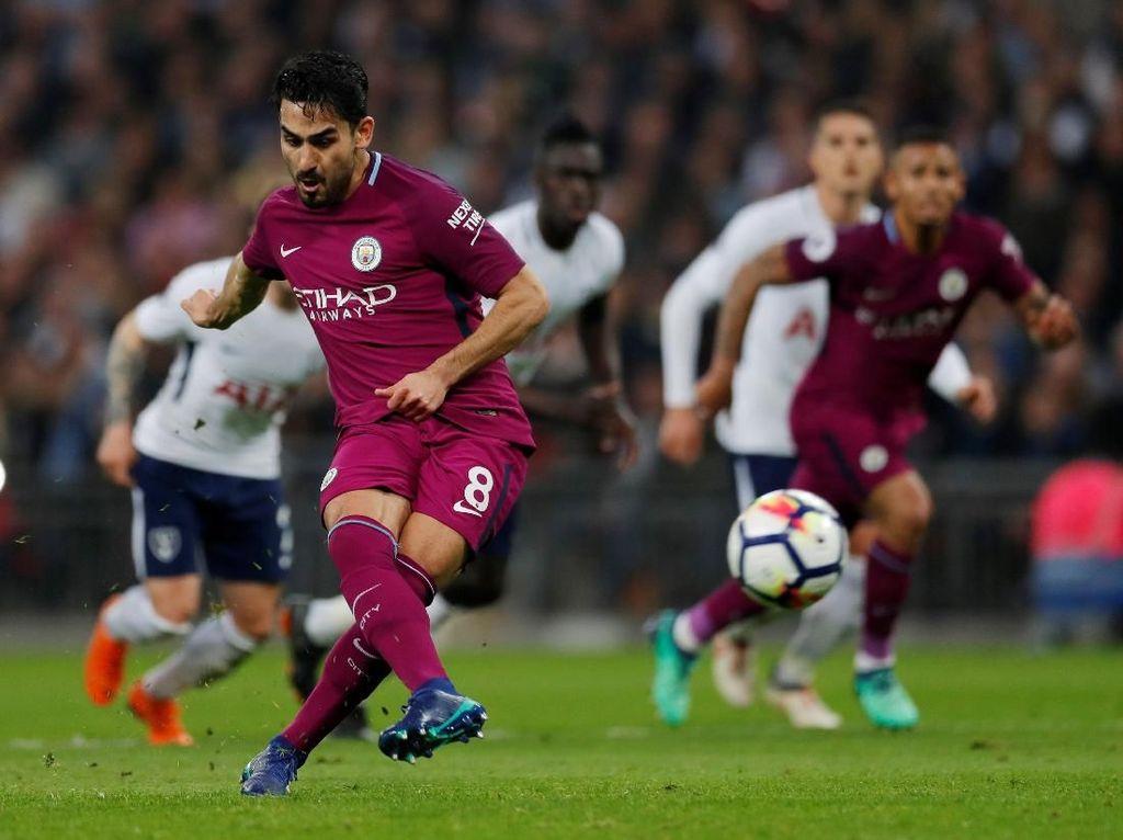 Ilkay Guendogan membuat satu gol dari titik putih saat Manchester City menang 3-1 atas Tottenham Hotspur. (Andrew Couldridge/Action Images via Reuters)