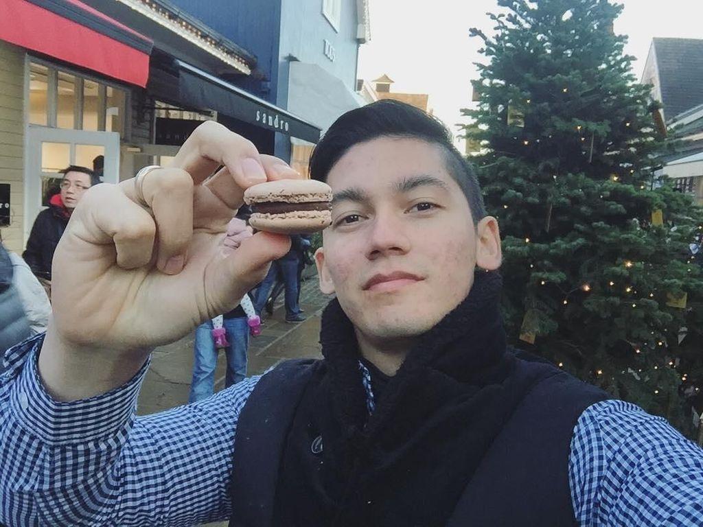 Ke Inggris, Samuel pun tak ingin melewatkan untuk mencicip manisnya macaroon di Blcester Village. Foto: Instagram @samuel_zylgwyn