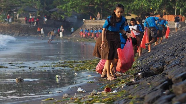 Setiap harinya, sampah kiriman yang dikumpulkan di sepanjang Pantai Sanur bisa mencapai 10 ton.(Anadolu Agency/Mahendra Moonstar)