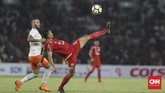 Unggul 1-0 di babak pertama membuat Persija makin bersemangat di babak kedua. Terlebih, mereka unggul jumlah pemain setelah Leonard Tupamahu dikartu merah wasit pada awal babak kedua. (CNN Indonesia/Adhi Wicaksono)