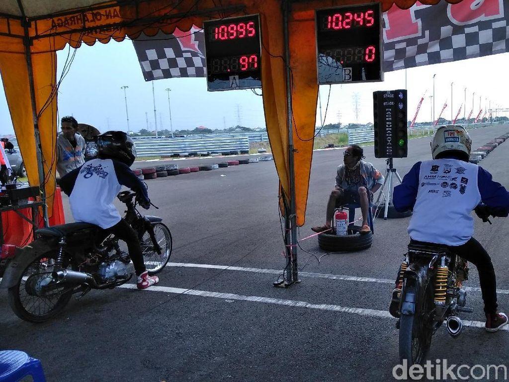 Untuk peserta drag bike ada 215 peserta, sedang untuk komunitas Honda Cup mulai tadi malam mencapai 4 ribu yang hadir dari berbagai kota.