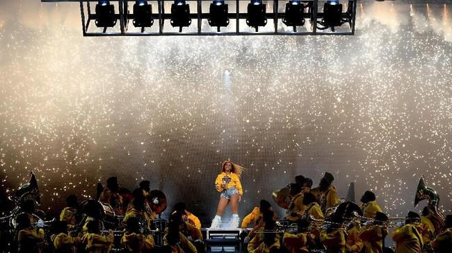Penampilannya pun menjadi sensasi Coachella 2018. Dalam penampilannya, Beyonce juga duet reuni dengan Destiny's Child, serta suaminya, Jay-Z. Ia dijadwalkan tampil lagi pada pekan kedua, 20 April mendatang. (Larry Busacca/Getty Images for Coachella /AFP)