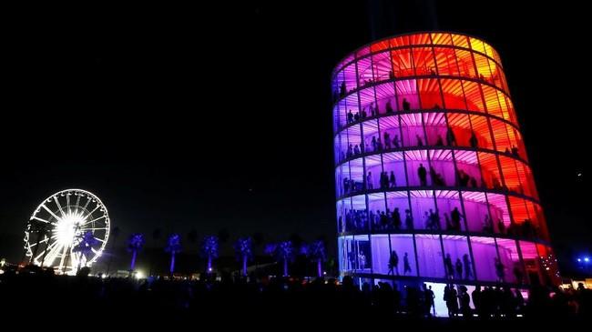 Seperti namanya, Coachella bukan hanya soal musik, melainkan juga pameran seni. Salah satu karya seni yang ditampilkan bernama 'Spectra'. (REUTERS/Mario Anzuoni)