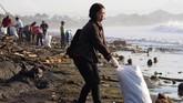 Bukan hanya di Pantai Sanur. Pantai Padanggalak, Pantai Biaung, yang terletak di sisi utara Pantai Sanur, juga diserbu sampah.(Anadolu Agency/Mahendra Moonstar)