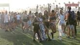 Ratusan ribu pencinta musik dan seni berduyun-duyun datang ke Coachella. Tahun lalu, tercatat ada 250 ribu pengunjung datang ke festival musik tersebut. (REUTERS/Mario Anzuoni)