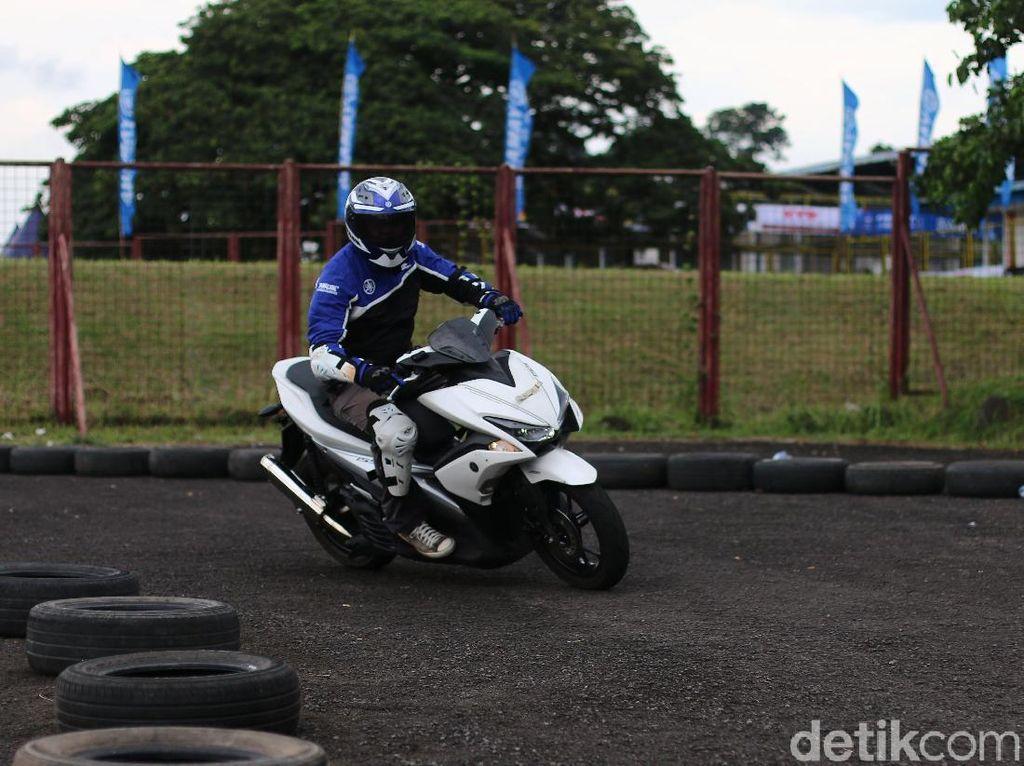 Ratusan peserta ambil bagian dalam kompetisi menggunakan motor MAXI Yamaha itu. Tim Yamaha Riding Academy (YRA) menyediakan trek yang bisa mengeksplorasi semua kelebihan Aerox 155 seperti akselerasi yang cepat, handling yang mudah dan stabil. Foto: Yamaha