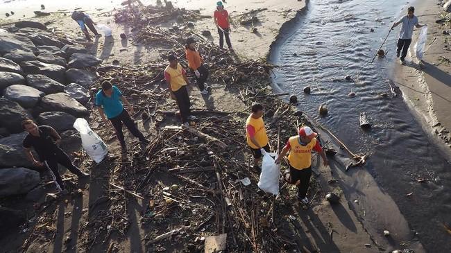 Kendati sudah dibersihkan oleh sekitar 60 petugas setiap harinya, Pantai Sanur hingga kini masih dipenuhi sampah.(Anadolu Agency/Mahendra Moonstar)