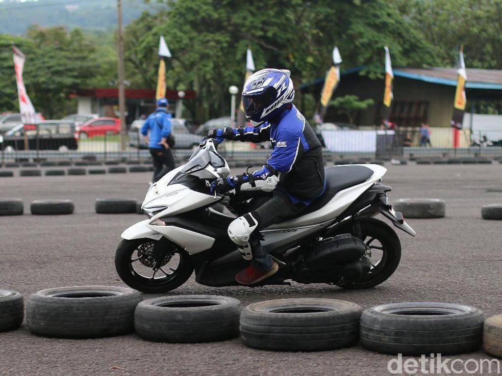 Peserta fun riding beraksi dengan Aerox Foto: Yamaha