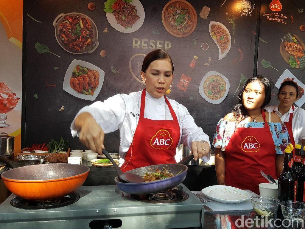 Chef Petty Elliot bersama Eka, salah seornag pengunjung membuat bola nasi kuning di booth ABC. Foto:detikfood
