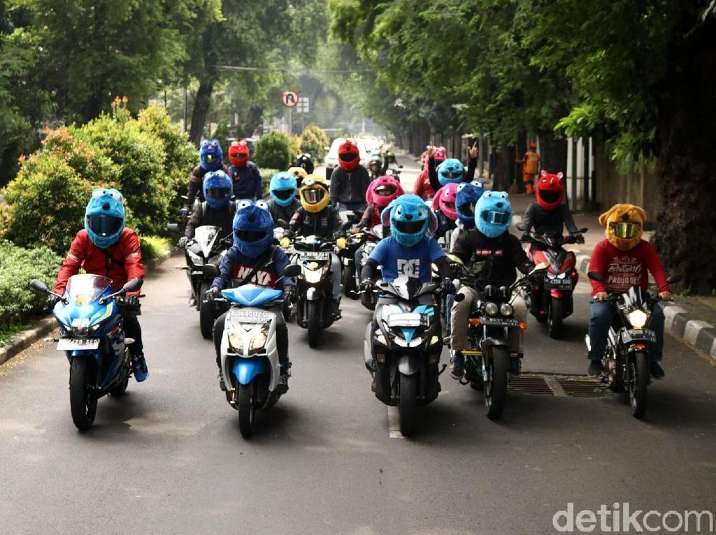 Komunitas Keluarga Elmo melintas di salah satu ruas jalan di Jakarta.