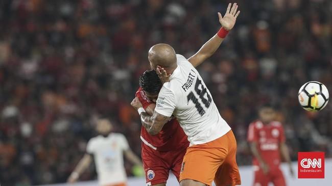 Pemain Borneo FC yang pernah berkostum Real Madrid, Julien Faubert coba mengadang laju pemain Persija Jakarta di laga tersebut. (CNN Indonesia/Adhi Wicaksono)