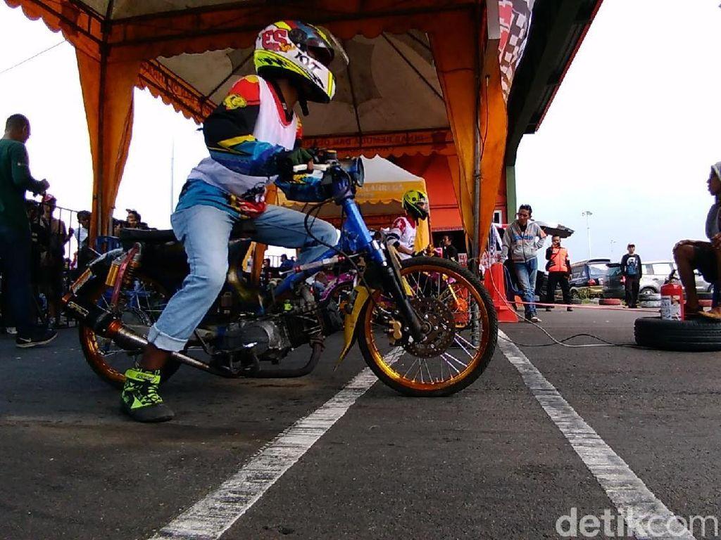 Ribuan bikers pencinta motor Honda Cup keluaran tahun 1950, 1970, 1990 saling beradu kecepatan di perlintasan Sirkuit Gelora Bung Tomo dalam acara Soerobojo Cup Day 2018.