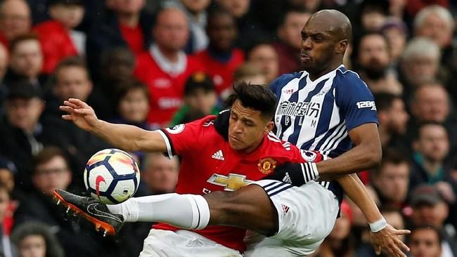 Winger Manchester United Alexis Sanchez berduel dengan bek kanan West Brom Allan Nyom. Sanchez dianggap tampil buruk dalam pertandingan tersebut. (REUTERS/Andrew Yates)