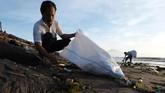 Para warga pun akhirnya ikut turun tangan membersihkan sampah di Pantai Sanur sebagai bukti kepedulian.(Anadolu Agency/Mahendra Moonstar)