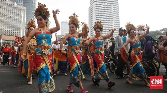 Di sepanjang jalanan Thamrin, para penari yang sama berlenggak-lenggok apik. (CNN Indonesia/Andry Novelino)