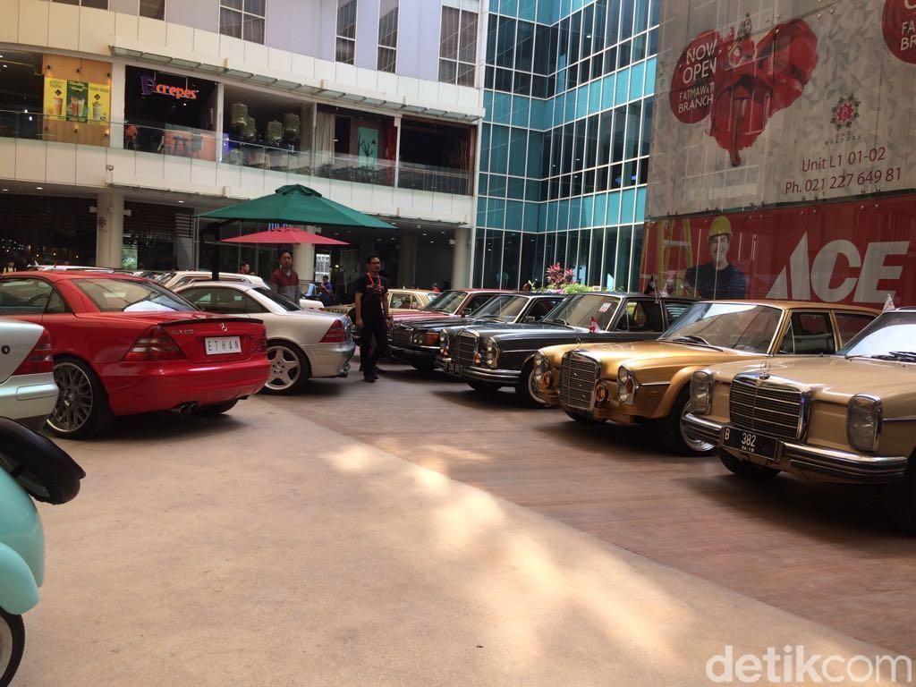 Pameran diikuti mobil seperti Mercedes-Benz 320 B Cabriolet (W142) 1937, Lymou 220S, hingga Mercedes-Benz 200 untuk taksi. Foto: Khairul Imam Ghozali