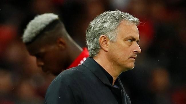 Paul Pogba berjalan di sisi manajer Jose Mourinho saat ditarik keluar pada menit ke-58 dan digantikan rekan senegaranya Anthony Martial. (Reuters/Jason Cairnduff)