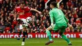 Gelandang serang Manchester United Juan Mata mendapatkan peluang mencetak gol meski telah berhadapan dengan kiper West Bromwich Albion dalam pertandingan di Stadion Old Trafford, Minggu (15/4). (Reuters/Jason Cairnduff)