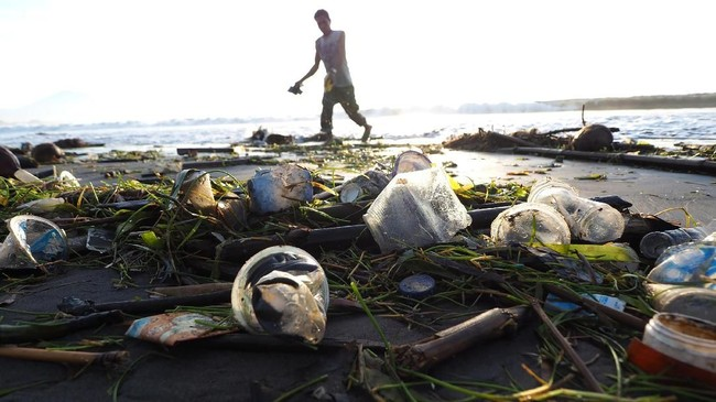 Kondisi pantai yang penuh dengan sampah pun sudah mulai mengganggu aktivitas wisata di wilayah tersebut.(Anadolu Agency/Mahendra Moonstar)