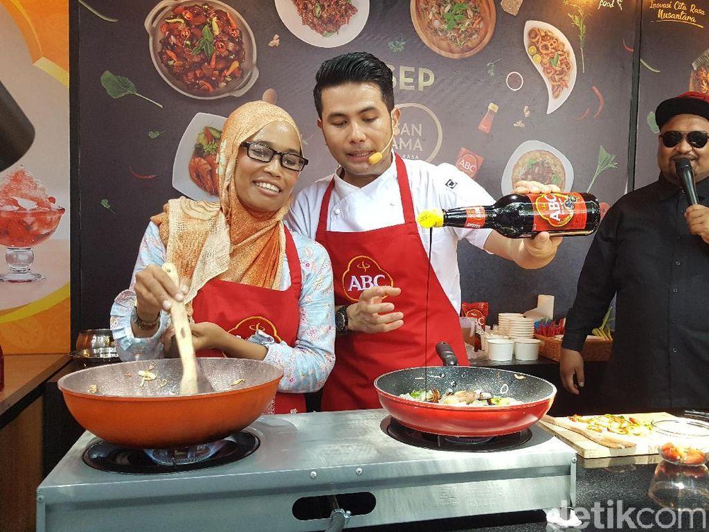 Chef Billy mengungkapkan resep rahasianya membuat Oseng Kikil dengan Kecap Manis ABC Perasan Pertama. Foto: detikfood