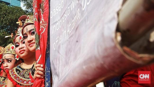 Mereka mengangkat tema 'Seni untuk Kedamaian, Persahabatan' yang menjadi respons terhadap kondisi di Indonesia belakangan. Kata pelatih sanggar, mereka ingin mengampanyekan perdamaian sekaligus melestarikan budaya Bali di luar Pulau Dewata. (CNN Indonesia/Andry Novelino)