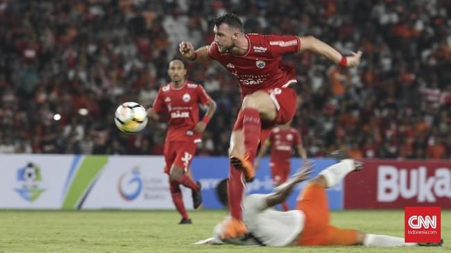 Bomber Persija Jakarta, Marko Simic terus mendapatkan pengawalan ketat sepanjang laga dari pemain-pemain belakang Borneo FC. (CNN Indonesia/Adhi Wicaksono)