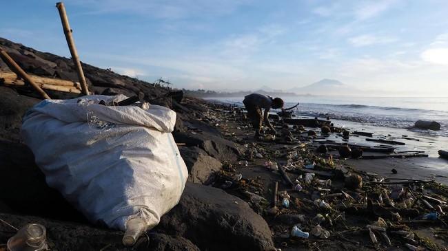 Sampah yang berserakan di Pantai Sanur, didominasi oleh plastik dan patahan kayu.(Anadolu Agency/Mahendra Moonstar)