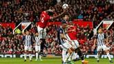 Gelandang Man United Paul Pogba mencoba mencetak gol dengan tangannya. Akibat aksi konyolnya itu Pogba mendapatkan kartu kuning dari wasit. (Reuters/Jason Cairnduff)