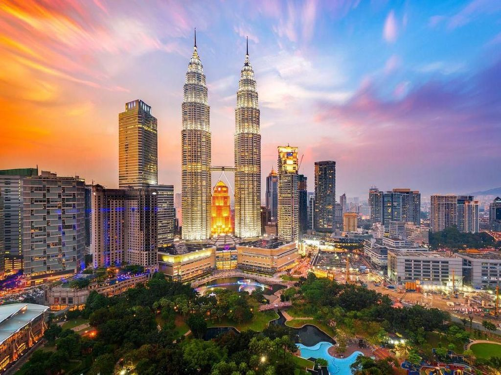 Petronas Towers atau Menara Petronas adalah menara kembar dengan ketinggian 452 meter. Foto: Getty Images