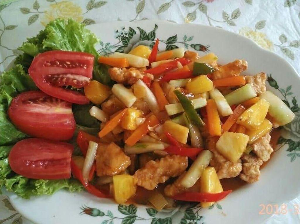 Segar dan warna-warni, ayam asam manis ini dicampur banyak sayuran supaya makin sehat. Foto ayam asam manis ini diposting @lannyelyawati. Foto: Instagram