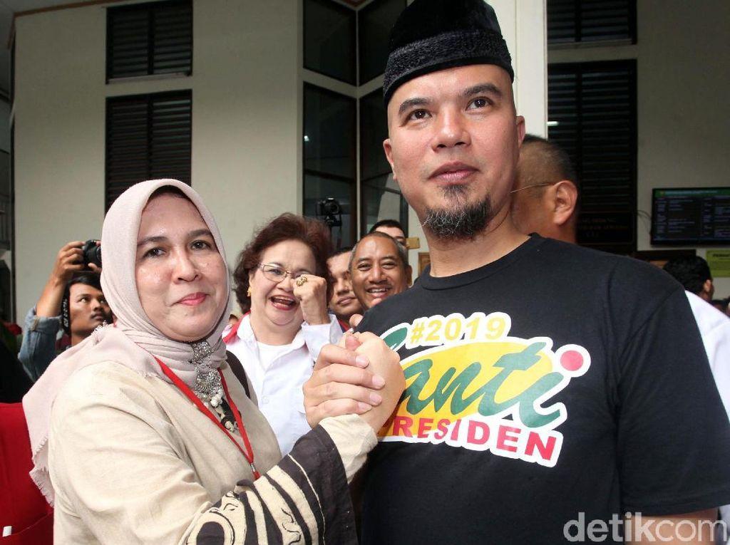Asma Dewi dan Ahmad Dhani juga sempat berjabat tangan. Asma Dewi mengaku hadir untuk memberi dukungan ke Dhani. (Foto: Lamhot Aritonang)
