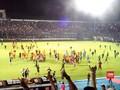 VIDEO: Laga Arema FC vs Persib Berakhir Rusuh