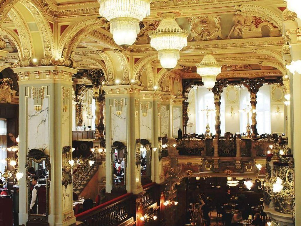 Pada pergantian abad ke-20, New York Kafe menjadi kedai kopi paling indah dan paling dicintai di Budapest. Foto: Istimewa
